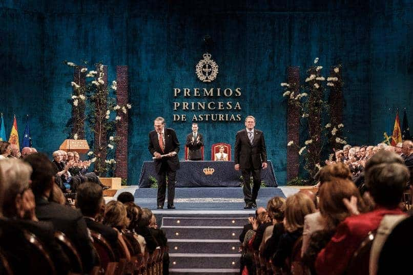 Philippe de Montebello and Mitchell Codding representatives of the Hispanic Society of America, 2017 Princess of Asturias Award for International Cooperation, receiving the award from HM The King Felipe VI. ©FPA